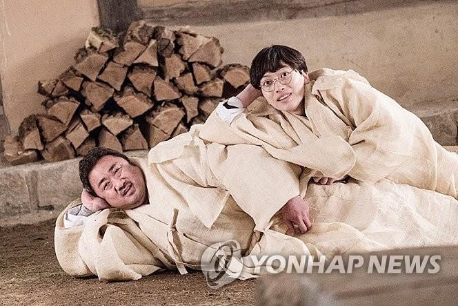 新片《兄弟》马东锡(左)和李东辉剧照(韩联社/Megabox plus M提供)