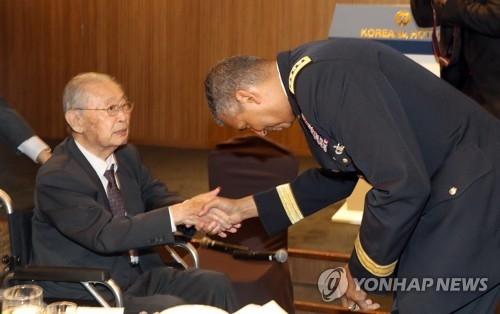 """11月3月,在首尔中区,驻韩美军司令文森特·布鲁克斯出席由韩国陆军协会举办的题为""""通过改革与合作加强韩美同盟""""的讲座。图为布鲁克斯同前韩军预备役队长白善烨握手问好。(韩联社)"""