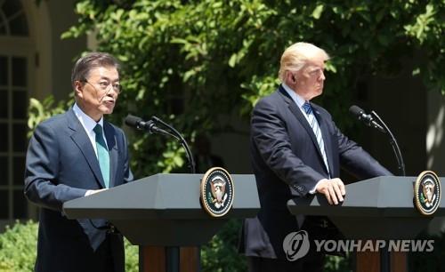 当地时间6月30日上午,在美国白宫,韩国总统文在寅(左)和美国总统特朗普在首脑会谈后召开联合记者会,介绍会谈成果。(韩联社)