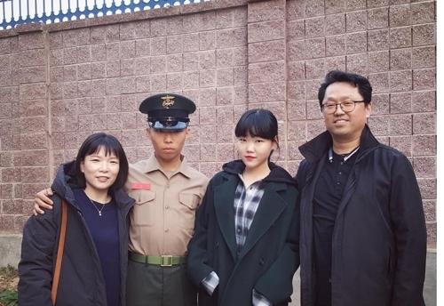 李灿赫一家参加其新兵结业式并合影留念。(李秀贤个人Instagram)