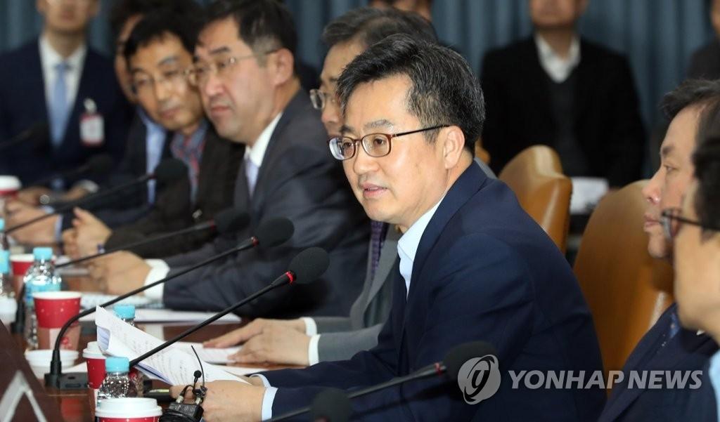 11月3日,在中央政府首尔办公楼,财长金东兖在访韩旅游市场政策座谈会上发言。(韩联社)
