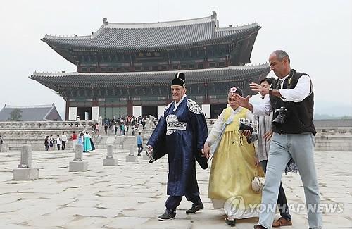 资料图片:外国游客在景福宫游览,图片摄于2017年5月12日。(韩联社)