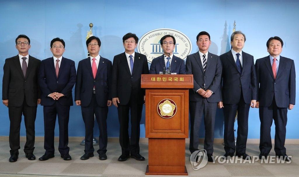 11月6日,在国会,正党籍议员召开记者会宣布退党。(韩联社)
