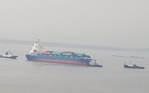 发生倾斜的中国货船(读者提供)