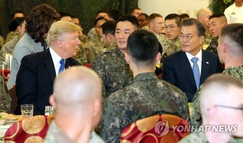 11月7日,在驻韩美军基地汉弗莱营,文在寅和特朗普与韩美两国官兵共进午餐。(韩联社)