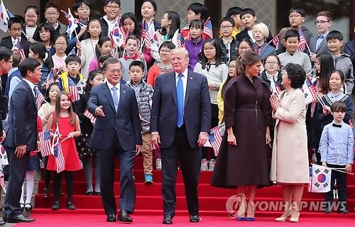 11月7日,在青瓦台,韩国总统文在寅、夫人金正淑女士与美国总统特朗普夫妻交谈。(韩联社)