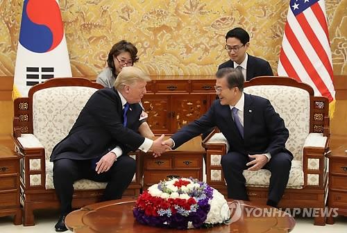 11月7日下午,在青瓦台,韩国总统文在寅(右)同到访的美国总统特朗普举行会谈。(韩联社)