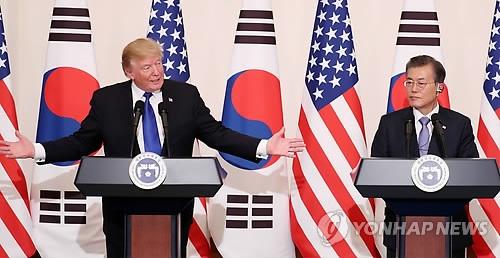 11月7日,在青瓦台,韩国总统倾听特朗普在联合记者会上的发言。(韩联社)