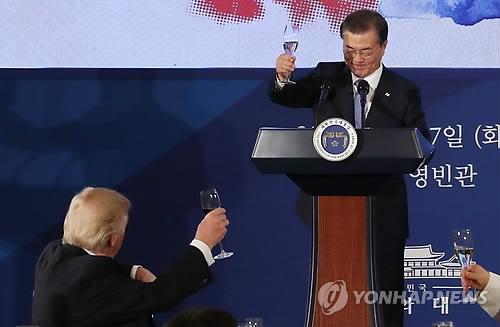 11月7日,在青瓦台,韩国总统文在寅在国宾晚宴上朝特朗普举杯致意。(韩联社)