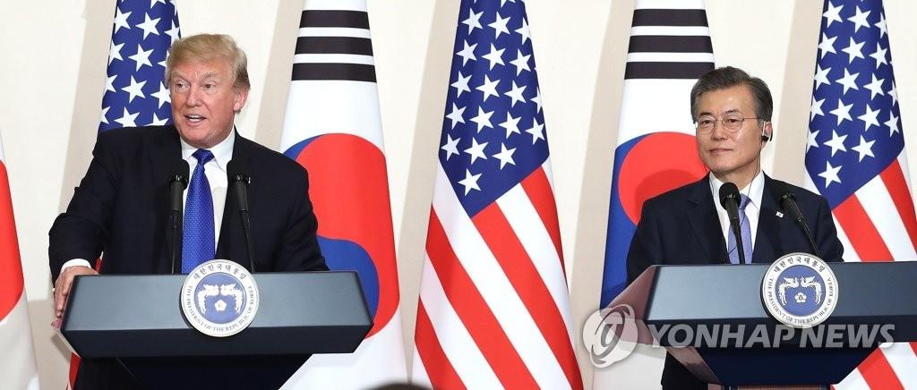 11月7日,在韩国总统府青瓦台,美国总统特朗普(左)在与韩国总统文在寅的会谈结束后举行的记者会上发言。(韩联社)