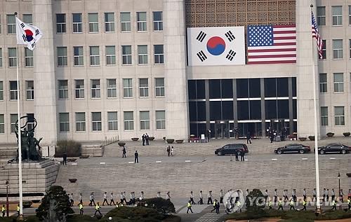 11月8日,在韩国国会,警员们在岗执勤。正在韩国访问的美国总统特朗普当天将在国会发表演讲。(韩联社)