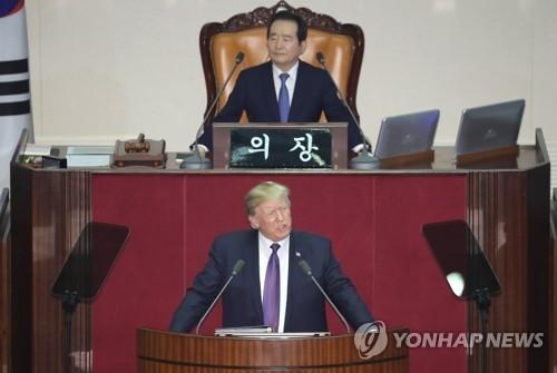 11月8日,在韩国国会,美国总统特朗普(下)发表演讲。(韩联社)