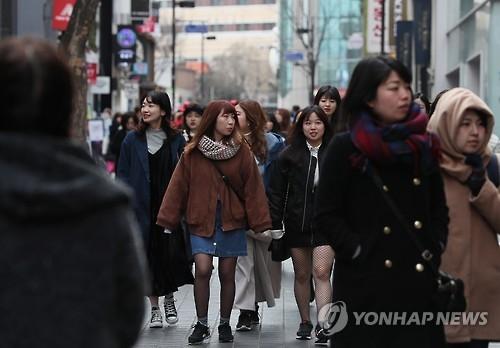 资料图片:在首尔明洞观光购物的日本游客(韩联社)