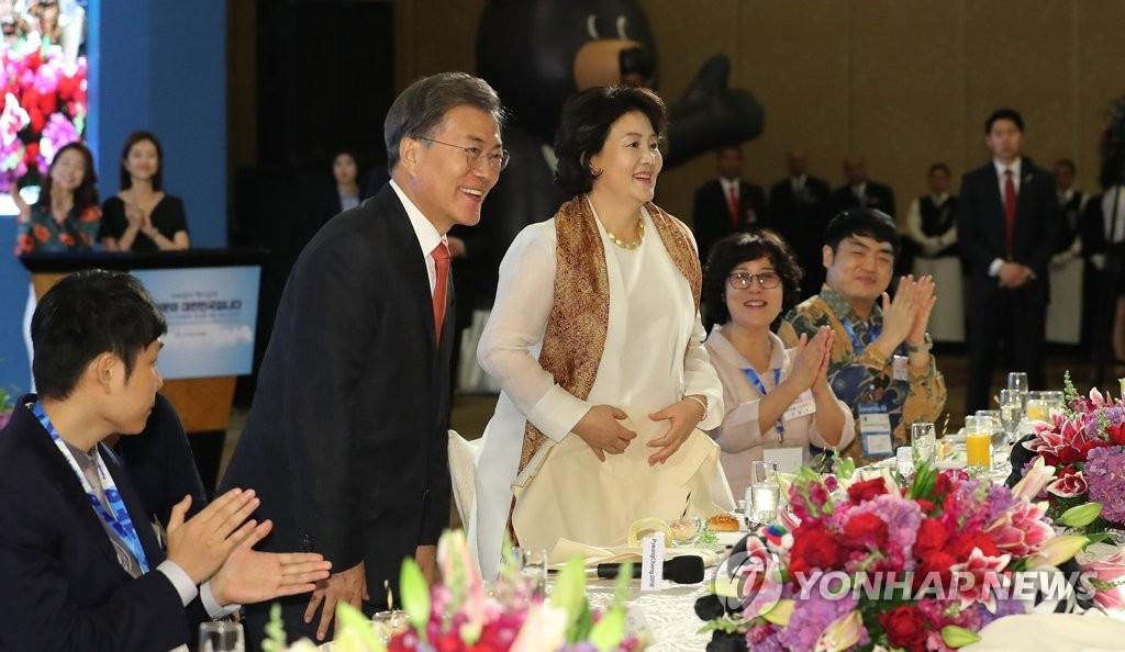 当地时间11月8日下午,在雅加达一家酒店,韩国总统文在寅和夫人金正淑女士与印尼韩侨韩人座谈。(韩联社)