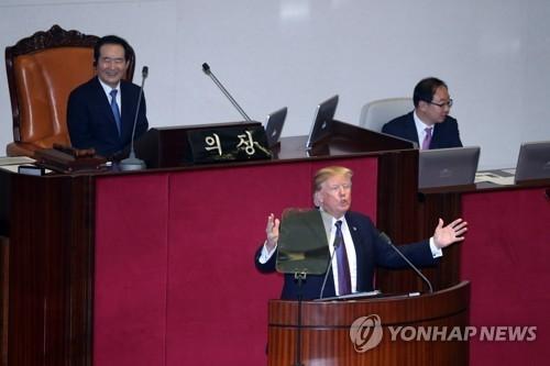 资料图片:11月8日上午,在韩国国会,美国总统特朗普(下)发表演讲。(韩联社)