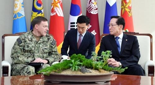 11月9日,在首尔,韩国国防部长官宋永武(右)同美国网络战司令部司令罗杰斯交谈。(韩联社/国防部提供)