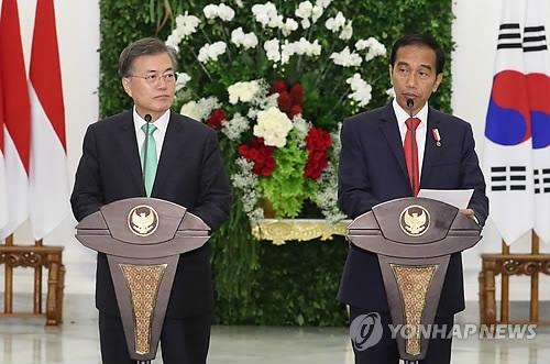 当地时间11月9日,在印尼茂物总统府,韩国总统文在寅(左)与印尼总统佐科·维多多在会谈结束后共同会见记者。(韩联社)