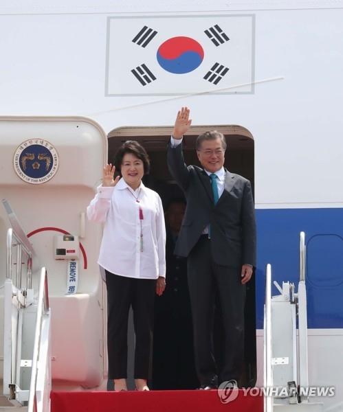 资料图片:当地时间11月10日上午,在印尼苏加诺-哈达国际机场,韩国总统文在寅结束对印尼的国事访问,和夫人金正淑女士启程前往越南。(韩联社)