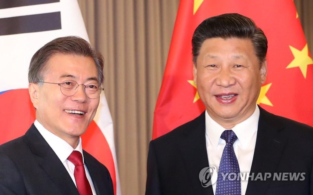 资料图片:韩国总统文在寅(左)与中国国家主席习近平(韩联社)