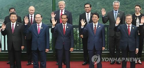 当地时间11月11日,在越南洲际岘港新半岛度假酒店举行的亚太经合组织(APEC)第二十五次领导人非正式会议上,各国首脑进行大合照。第一排左起依次为中国国家主席习近平、越南国家主席陈大光、印尼总统佐科·维多多、日本首相安倍晋三、韩国总统文在寅。(韩联社)