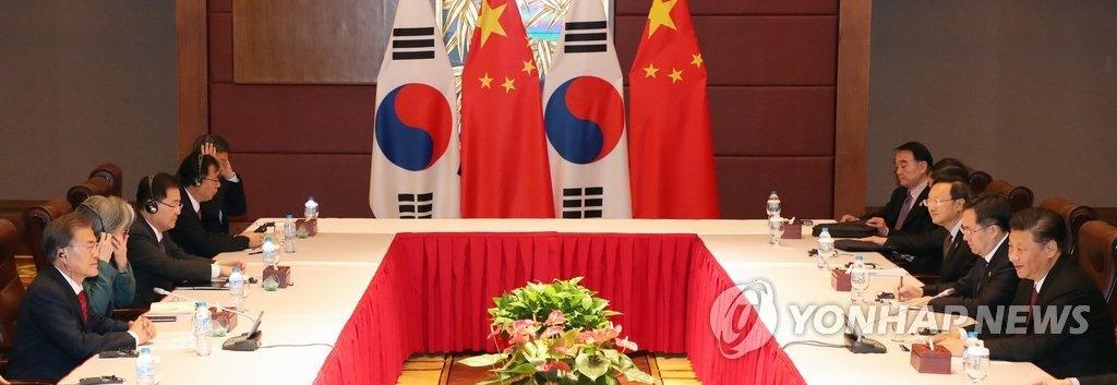 当地时间11月11日,在越南岘港,韩国总统文在寅与中国国家主席习近平举行会谈。(韩联社)