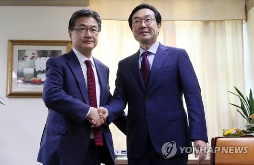 资料图片:朝核事务六方会谈韩方代表李度勋(右)与美方代表约瑟夫·尹(韩联社)