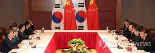 资料图片:当地时间11月11日,在越南岘港,韩国总统文在寅(左一)与中国国家主席习近平(右一)举行会谈。(韩联社)