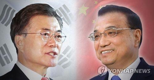资料图片:韩国总统文在寅(左)和中国国务院总理李克强(韩联社)