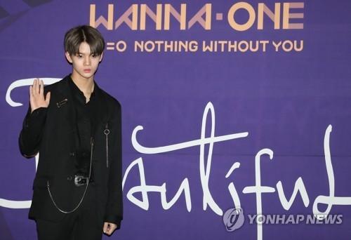 Wanna One裴珍映摆姿势供媒体拍照。(韩联社)