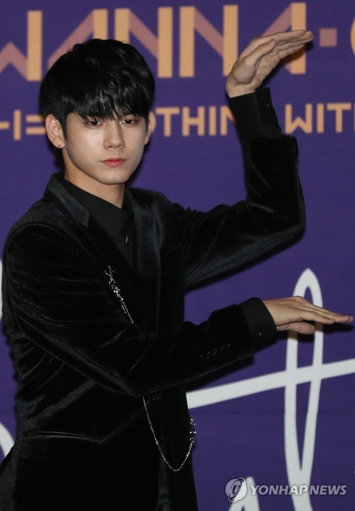 Wanna One成员邕圣祐摆姿势供媒体拍照。(韩联社)