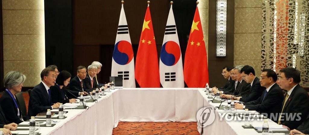 11月13日下午,在菲律宾马尼拉,韩国总统文在寅和中国国务院总理李克强举行会谈。(韩联社)