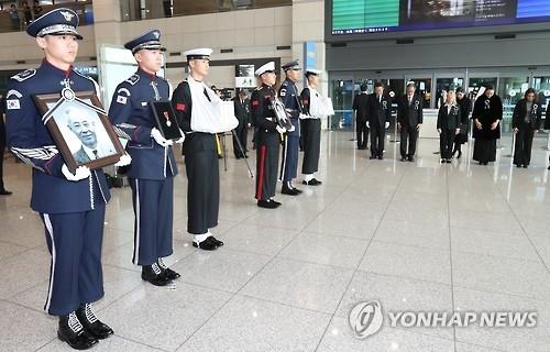 资料图片:去年11月在仁川机场举行的独立先烈归国安奉仪式。(韩联社)