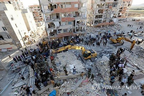 资料图片:伊朗地震现场(韩联社)