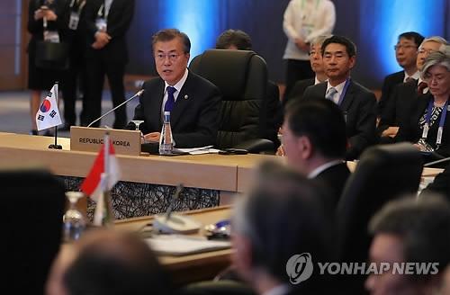 11月14日,在马尼拉菲律宾国际会议中心,韩国总统文在寅(左)出席第二十次东盟与韩中日(10+3)领导人会议。(韩联社)