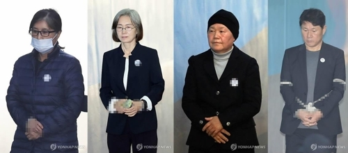 11月14日上午,在首尔高等法院,涉梨花女大弊案的崔顺实(左起)、崔京姬、金庆淑、南宫坤走向法院。(韩联社)