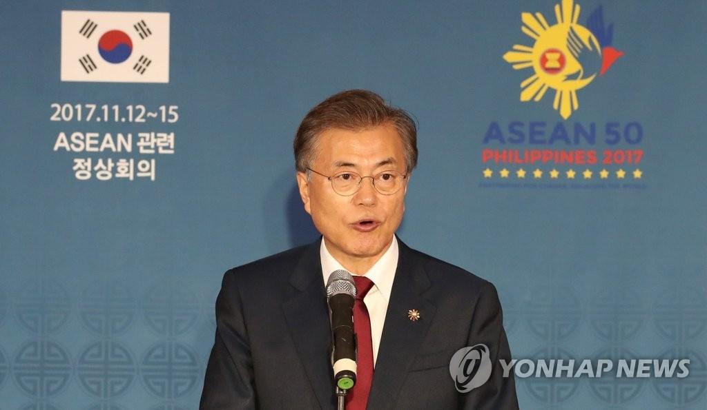 11月14日下午,在菲律宾马尼拉今旅酒店的中央记者室,韩国总统文在寅介绍亚太经合组织、东盟首脑会议等首次东南亚访问成果。(韩联社)