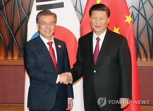 资料图片:11月11日下午,在越南岘港,韩中元首在会谈上握手。(韩联社)