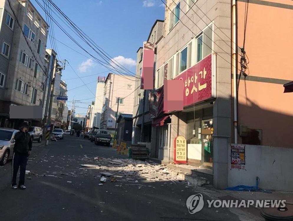 11月15日下午,在庆尚北道浦项市,一建筑物墙壁因地震冲击破裂。气象厅称当天下午2时29分许庆北浦项市北区以北9公里处发生5.4级地震。(韩联社/读者提供)