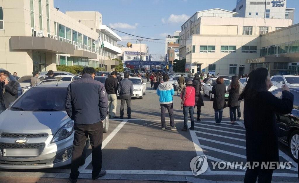11月15日下午2时29分许,庆北浦项市北区以北9公里处发生5.4级地震。图为市民们在浦项北区政府附近紧急避难。(韩联社/读者提供)