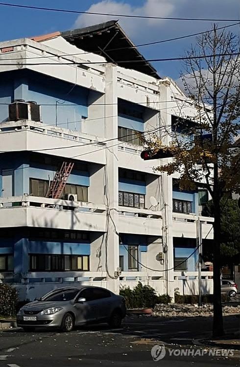 11月15日下午2时29分许,庆北浦项市北区以北9公里处发生5.4级地震,图为浦项古文化院部分建筑受损。(韩联社/读者提供)