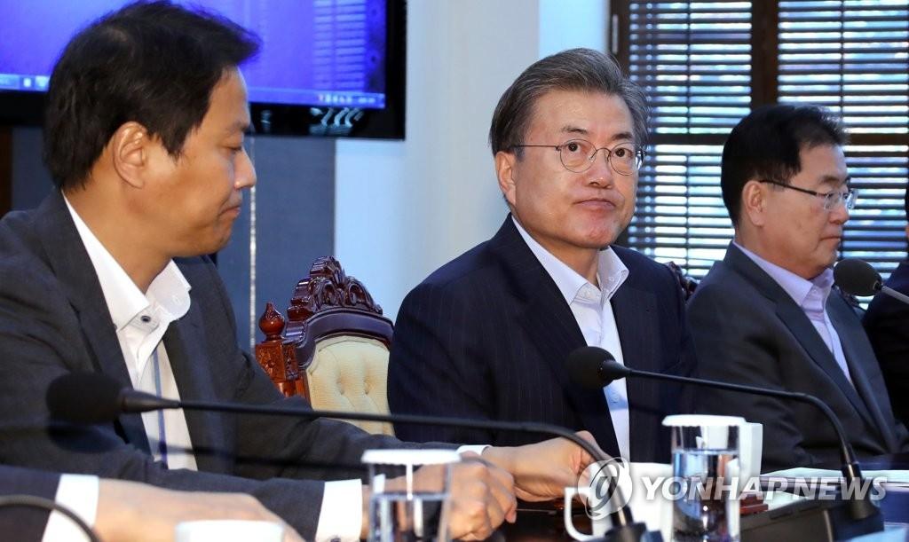 资料图片:韩国总统文在寅(中)(韩联社)