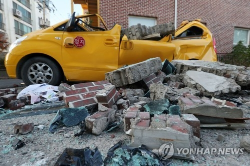 11月15日下午2时29分许,庆尚北道浦项市以北6公里处发生5.4级地震。图为浦项市北区兴海邑某幼儿园外墙坍塌,车辆严重毁损。(韩联社)