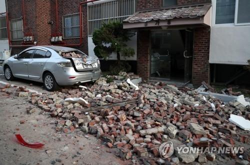 11月15日,在浦项北区,地震导致一别墅外墙坍塌,碎砖四溅。(韩联社)