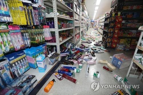 11月15日,在浦项北区兴海邑,地震导致一超市商品坠落货架。(韩联社)