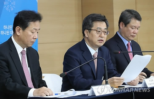 11月16日上午,在首尔,金东兖(居中)就韩加换币协议召开新闻发布会。(韩联社)
