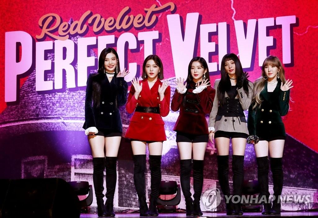 11月16日下午,在首尔江南区SM TOWN,女团Red Velvet在第2张专辑发布会上摆造型供记者拍照。(韩联社)