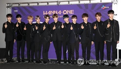 11月13日,在首尔CGV龙山爱宝客商城分店,大势男团Wanna One举行新辑《1-1=0(Nothing Without You)》MV媒体试映会并摆姿势供媒体拍照。(韩联社)