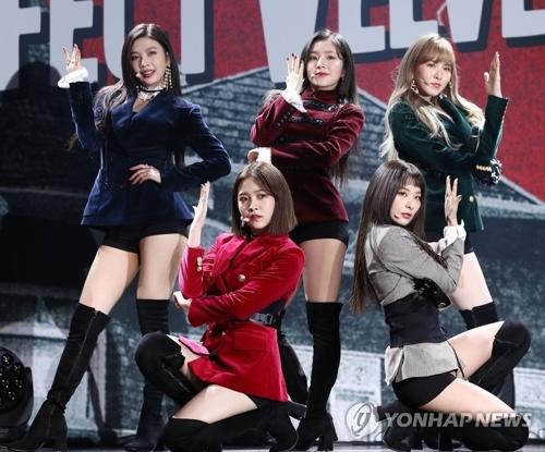 11月16日下午,在首尔江南区SM TOWN,女团Red Velvet在第2张专辑发布会上精彩表演。(韩联社)