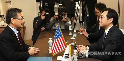 11月17日上午,在济州道西归浦市新罗酒店,李度勋(右)和约瑟夫·尹磋商朝核事务。(韩联社)