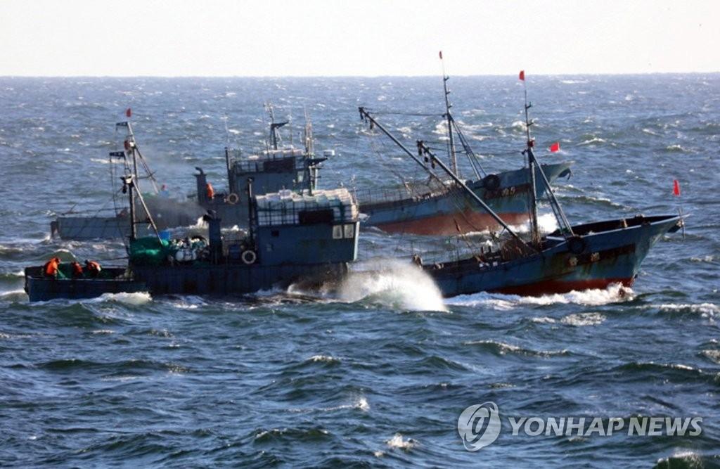图为避开海警监视非法捕捞的中国渔船。(韩联社/群山海警提供)